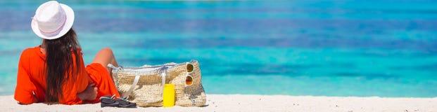 Jovem mulher bonita que relaxa na praia imagem de stock