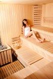Jovem mulher bonita que relaxa na sauna Fotografia de Stock Royalty Free