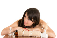 Jovem mulher bonita que relaxa nos termas Foto de Stock