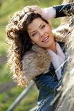 Jovem mulher bonita que relaxa sob uma pilha do feno Fotografia de Stock Royalty Free