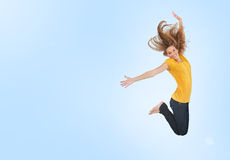 Jovem mulher bonita que salta para a alegria Imagens de Stock Royalty Free