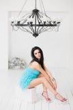 Jovem mulher bonita que senta-se em uma mala de viagem Foto de Stock Royalty Free