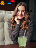 Jovem mulher bonita que senta-se no café italiano do estilo com limonada Imagens de Stock