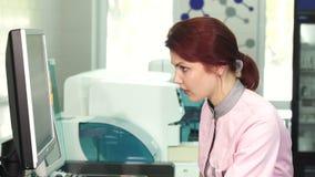 Jovem mulher bonita que trabalha no laboratório filme