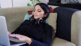 Jovem mulher bonita que trabalha no PC do portátil video estoque