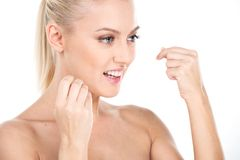 Jovem mulher bonita que usa o fio dental, isolado no branco imagens de stock