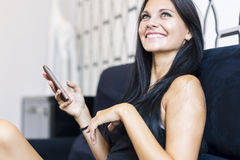 Jovem mulher bonita que usa o telefone Foto de Stock Royalty Free