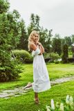 Jovem mulher bonita que veste o vestido branco longo Imagens de Stock Royalty Free