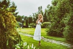 Jovem mulher bonita que veste o vestido branco longo Foto de Stock Royalty Free