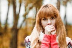Jovem mulher bonita - retrato colorido do outono Fotos de Stock Royalty Free