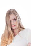 Jovem mulher bonita séria fora do equipamento do ombro Fotos de Stock