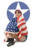 Jovem mulher bonita vestida com bandeira americana foto de stock