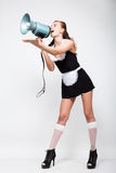 Jovem mulher bonita vestida como um empregada-empregado 'sexy' em um uniforme skimpy, levantando provocatively grita na Foto de Stock