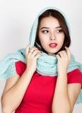 A jovem mulher bonita vestiu-se em um vestido e em um lenço vermelhos que levantam no estúdio Fotografia de Stock