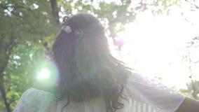 A jovem mulher bonita vestiu-se no vestido branco feericamente angélico que contempla a natureza - vídeos de arquivo