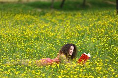 Jovem mulher bonito com cabelo encaracolado Imagem de Stock