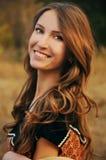 Jovem mulher bonito no campo do outono Fotos de Stock Royalty Free