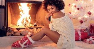 Jovem mulher bonito que aquece-se no fogo fotografia de stock royalty free
