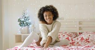 Jovem mulher bonito que relaxa em casa no Natal foto de stock royalty free