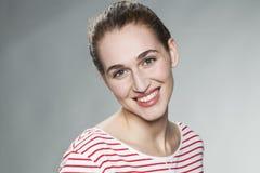 Jovem mulher bonito que sorri para o esplendor natural da pele Foto de Stock