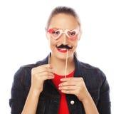 Jovem mulher brincalhão atrativa Acessórios à moda pretos Foto de Stock Royalty Free