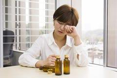 Jovem mulher cansado em um escritório Fotos de Stock Royalty Free