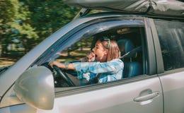 Jovem mulher cansado que conduz o carro e que boceja Fotografia de Stock Royalty Free