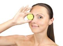 Jovem mulher caucasiano bonita, máscara protetora do pepino Fotos de Stock