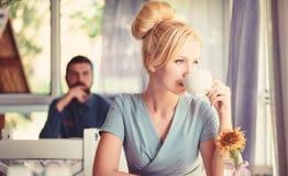 Jovem mulher caucasiano calma com grupo do cabelo louro fotografia de stock