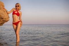 Jovem mulher caucasiano loura do ajuste magro 'sexy' em nadadas lindos vermelhas fotos de stock