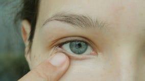 A jovem mulher causa o ocultador sob os olhos Composição natural do olho em casa filme