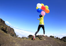 Jovem mulher Cheering com balões coloridos Fotos de Stock Royalty Free