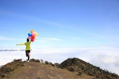 Jovem mulher Cheering corrida com balões Fotos de Stock Royalty Free