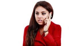 Jovem mulher chocada que olha o telefone celular Fotografia de Stock