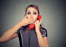 Jovem mulher chocada que recebe más notícias no telefone Fotos de Stock Royalty Free