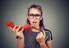 Jovem mulher chocada que recebe más notícias no telefone Foto de Stock