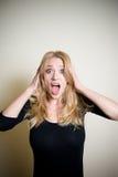 Jovem mulher chocado no retrato branco Imagens de Stock
