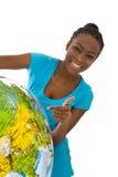 Jovem mulher colorida isolada que guarda um globo em suas mãos Fotos de Stock
