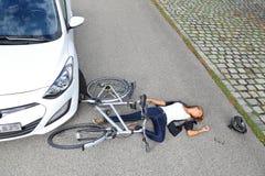 Jovem mulher com acidente da bicicleta Fotos de Stock Royalty Free