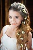 Jovem mulher com as flores no cabelo Fotos de Stock Royalty Free