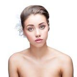 Jovem mulher com as flores no cabelo Imagens de Stock Royalty Free