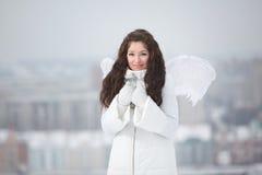 Jovem mulher com asas do anjo Fotos de Stock Royalty Free