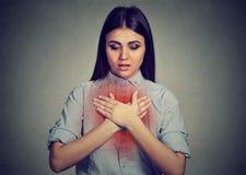 Jovem mulher com ataque de asma ou problema respiratório imagens de stock