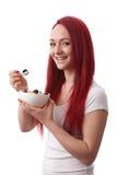 Jovem mulher com a bacia de muesli Fotografia de Stock Royalty Free