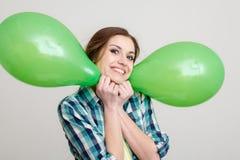 Jovem mulher com balões imagem de stock