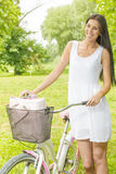 Jovem mulher com bicicleta Fotografia de Stock Royalty Free