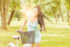 Jovem mulher com bicicleta Fotos de Stock