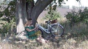 Jovem mulher com bicicleta usando o smartphone video estoque