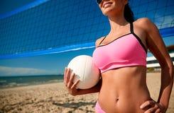 Jovem mulher com bola do voleibol e rede na praia Fotografia de Stock