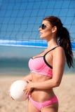 Jovem mulher com bola do voleibol e rede na praia Foto de Stock Royalty Free